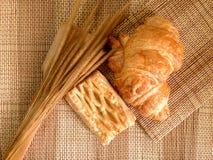 Pain de boulangerie de croissant frais sur un Tableau en bois Images stock