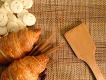 Pain de boulangerie de croissant frais sur un Tableau en bois Photographie stock libre de droits