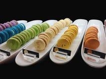 Pain de boulangerie de macaron sur le fond noir Photo stock