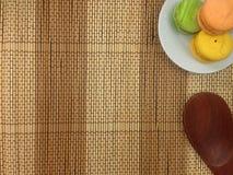 Pain de boulangerie de macaron sur un plat blanc Photographie stock