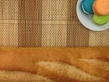 Pain de boulangerie de macaron sur un plat blanc Photos libres de droits