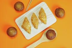 Pain de croissant et gâteau de banane collé sur un fond orange images stock