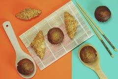 Pain de croissant et gâteau de banane collé sur un fond orange photo libre de droits