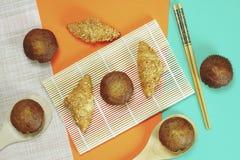 Pain de croissant et gâteau de banane collé sur un fond orange photographie stock