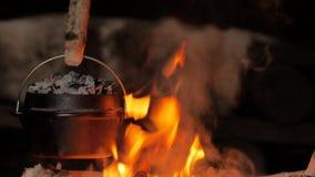 Pain de cuisson dans un four néerlandais banque de vidéos