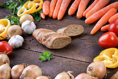 Pain de Cutted avec les légumes frais sur la table Photos stock