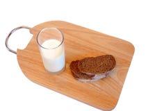 Pain de découpage et une glace de lait Photos stock