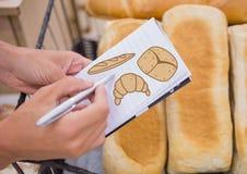 Pain de dessin sur le bloc-notes avec du pain à l'arrière-plan Image libre de droits