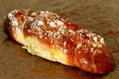 Pain de pain doux avec le sucre blanc en cristal sur le dessus photographie stock libre de droits