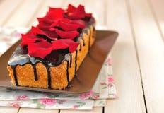 Pain de gâteau avec des pétales de rose Image libre de droits