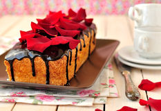 Pain de gâteau avec des pétales de rose Photographie stock libre de droits