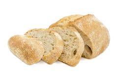 Pain de levain partiellement coupé en tranches de blé avec le son photographie stock libre de droits