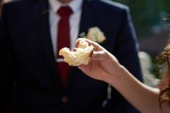 Pain de mariage d'échantillon La main tient le morceau de pain Tradition de mariage photos stock