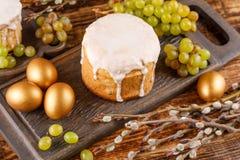 Pain de Pâques et oeufs d'or avec avec des raisins et des saules Tradition russe pour Pâques photographie stock libre de droits