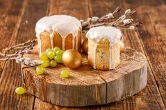 Pain de Pâques et oeufs d'or avec avec des raisins et des saules Tradition russe pour Pâques De Pâques toujours durée image libre de droits
