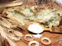 Pain de pain avec une cuillerée de sel Images libres de droits