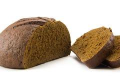Pain de pain coupé en tranches d'isolement sur le blanc Image libre de droits