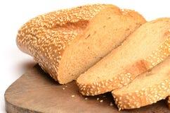 Pain de pain coupé en tranches sur un panneau de découpage Photographie stock libre de droits