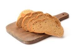 Pain de pain coupé en tranches sur un panneau de découpage Image libre de droits