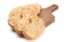 Pain de pain coupé en tranches sur un panneau de découpage Images libres de droits