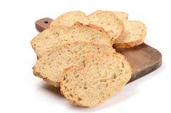 Pain de pain coupé en tranches sur un panneau de découpage Photo libre de droits
