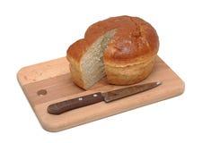 Pain de pain coupé en tranches sur un panneau en bois Photos stock