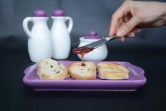Pain de pain grillé avec la confiture pour le petit déjeuner Photo libre de droits