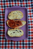 Pain de pain grillé avec la confiture pour le petit déjeuner Images stock