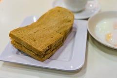 Pain de petit déjeuner Kaya Toast, de café de Singapour et demi oeuf à la coque Images libres de droits