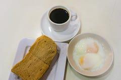 Pain de petit déjeuner Kaya Toast, de café de Singapour et demi oeuf à la coque Image libre de droits