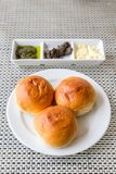 Pain de petit pain de dîner avec du beurre images libres de droits