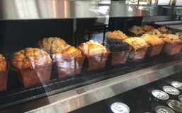 Pain de petit pain et chocolat de petit pain dans le refroidisseur de gâteau sur le café, image libre de droits