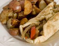 Pain de Philly Pitta de poulet avec des pommes de terre de rôti images stock