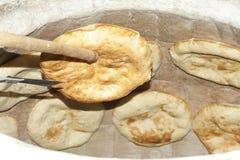 Pain de pita de traitement au four dans un four en pierre Image stock