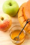 Pain de pommes, de miel et de pain du sabbat pour Rosh Hashanah Photos stock