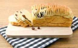 Pain de raisin sec délicieux sur une planche à découper en bois image libre de droits