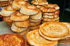 Pain de ressortissant d'Ouzbékistan Le pain plat blanc oriental traditionnel a fait cuire au four dans le vieux fourneau Images libres de droits