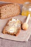 Pain de seigle, beurre et miel frais, verticale, miel Photo libre de droits