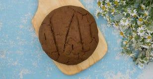 Pain de seigle cuit au four frais d'artisan et de pain entier de grain sur en bois Photographie stock libre de droits