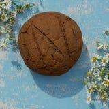 Pain de seigle cuit au four frais d'artisan et de pain entier de grain sur en bois Photo libre de droits