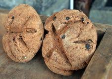 Pain de seigle fait maison avec des raisins secs, traditionnellement cuits au four Photos stock