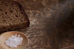 Pain de seigle rugueux avec du sel brut photo stock