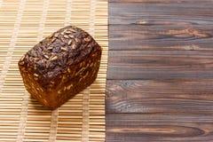 Pain de seigle traditionnel avec des graines, cuites au four en four de brique Sain et plein de la saveur photographie stock libre de droits