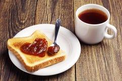 Pain de thé et de pain grillé avec la confiture dans la forme des coeurs Images stock
