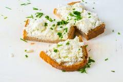 pain de 3 tranches avec le lait caillé et la ciboulette Photos libres de droits