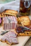 Pain de viande avec les tomates et les croûtons séchés au soleil Photo stock