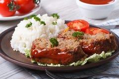Pain de viande coupé en tranches avec du riz et des légumes, horizontaux Photos libres de droits
