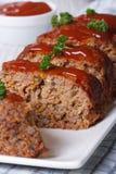 Pain de viande coupé en tranches avec le plan rapproché de ketchup et de persil Images libres de droits