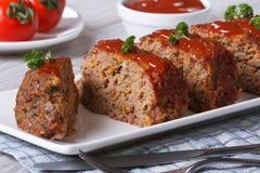 Pain de viande coupé en tranches avec le plan rapproché de ketchup et de persil Photo stock
