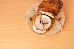 Pain de viande coupé en tranches de porc sur la planche à découper en bois Photos libres de droits